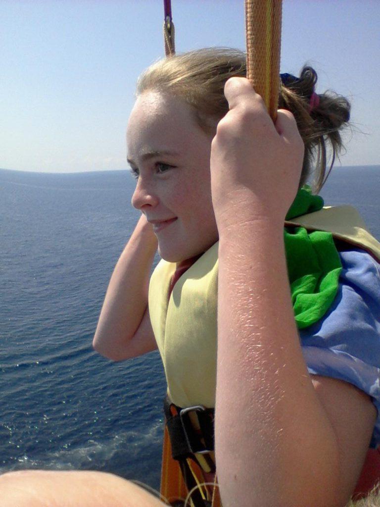 на парашюте над морем фото